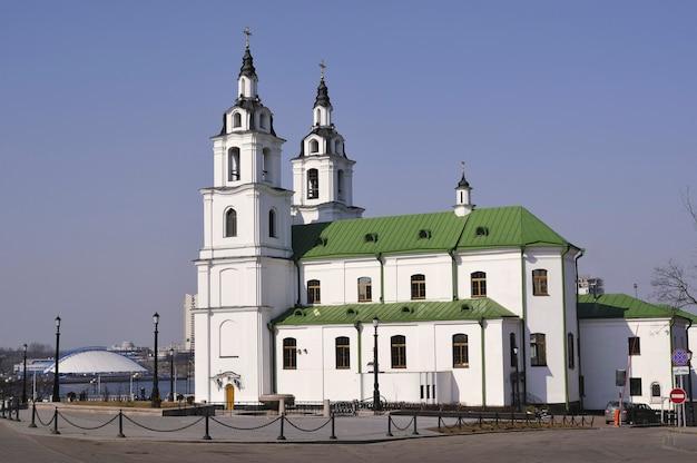 Vista laterale della cattedrale di santo spirito a minsk, bielorussia