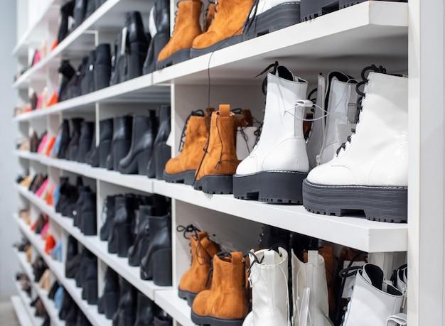 Vista laterale degli scaffali di un negozio di scarpe con molte vendite di scarpe da donna