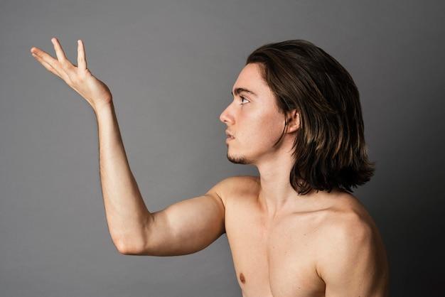 Vista laterale dell'uomo senza camicia