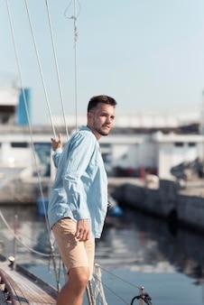 Uomo di smiley vista laterale sulla barca