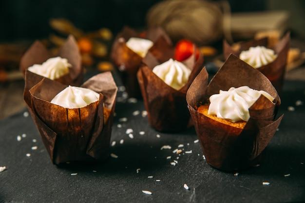 Vista laterale sui muffin dolci del dessert con crema