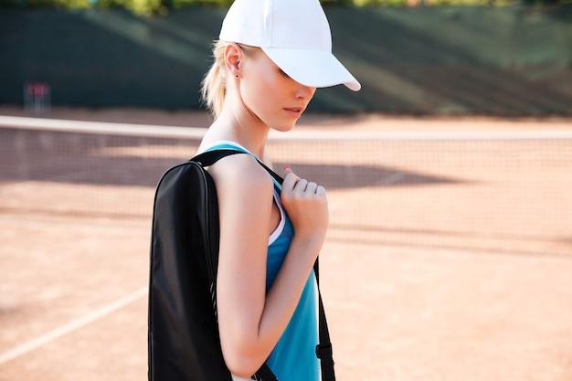 Vista laterale del tennista in campo