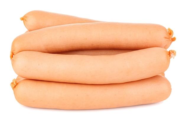 Vista laterale di salsicce crude in guscio naturale isolato su bianco