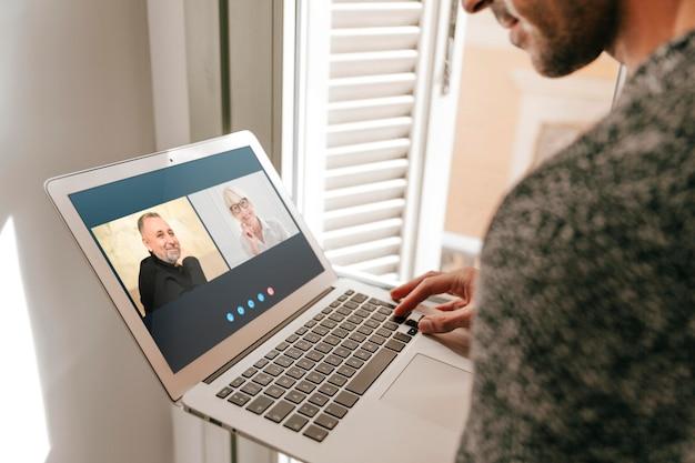 Videochiamata con vista laterale su laptop