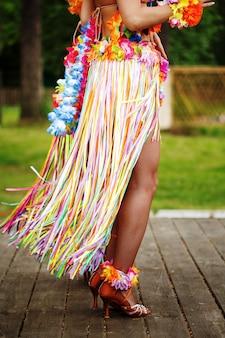 Vista laterale delle gambe di donna in costume hawaiano