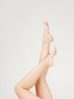 Vista laterale dei piedini della donna in su con lo spazio della copia