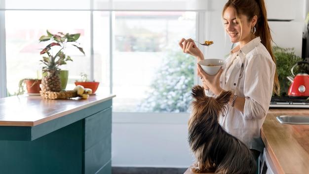 Cane di spirito di donna vista laterale accanto in cucina