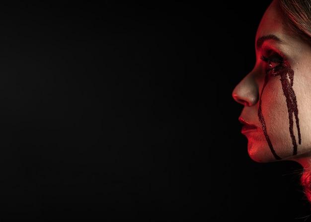 Vista laterale della donna con spazio di copia