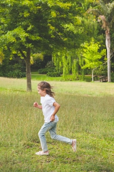 Vista laterale di una ragazza che funziona al parco