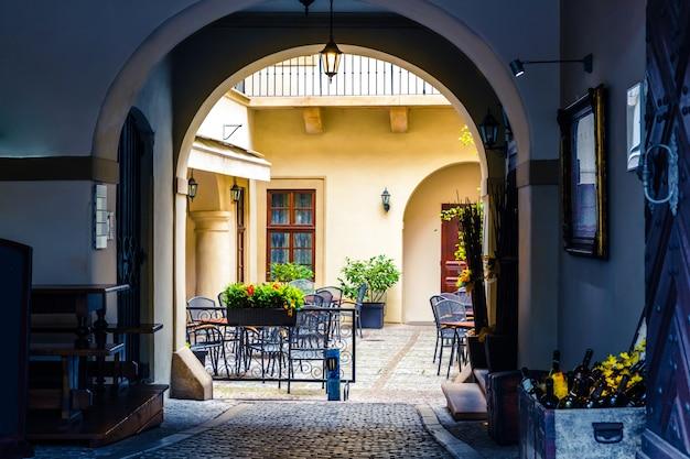 Caffè sul marciapiede nel cortile, antica città europea. turismo estivo e viaggi, famoso punto di riferimento europeo, luoghi popolari