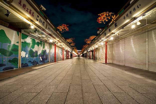 Sideway al tempio sensoji è punto di riferimento a tokyo durante la notte