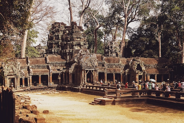 Siem reap, cambogia, febbraio 2014: alcune persone turistiche sulle rovine di pietra del complesso del tempio di angkor wat più grande monumento religioso e patrimonio mondiale dell'unesco