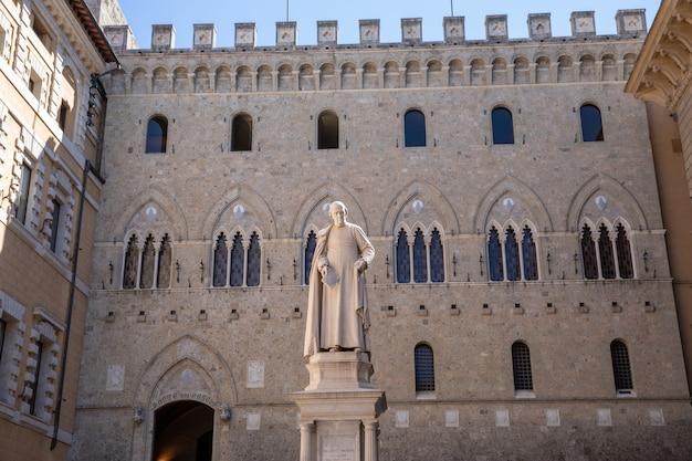 Siena, italia - 28 giugno 2018: primo piano della scultura in marmo di di sallustio bandini, era un arcidiacono italiano, economista e politico.