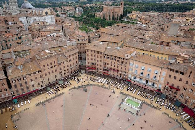 Siena, italia - 28 giugno 2018: vista panoramica di piazza del campo è lo spazio pubblico principale del centro storico di siena da torre del mangia è una torre in città