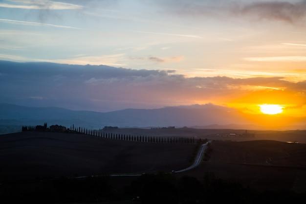 Siena, italia-20 ottobre 2016:campagna del paesaggio della toscana al mattino. vista meravigliosa della natura del campo in italia.