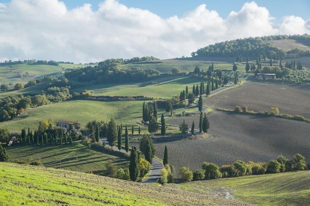 Siena, italia-20 ottobre 2016:toscana paesaggio s cruve strada in campagna, italia. meravigliosa vista della natura del campo in italia.