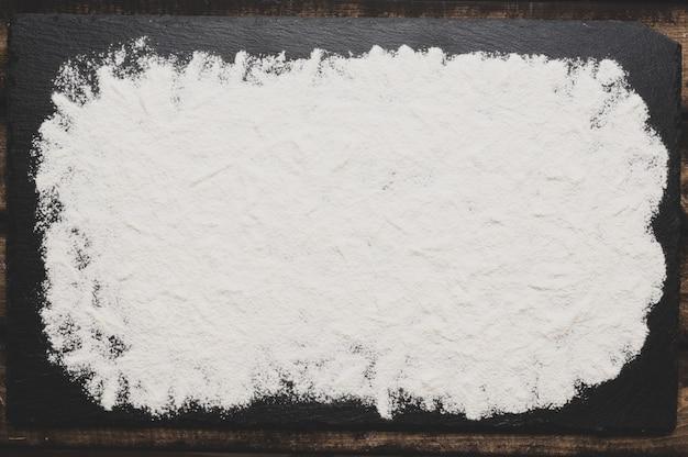 Farina di grano tenero setacciata su una superficie di consistenza grigio scuro