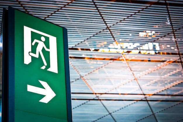 Segno di uscita di emergenza in un aeroporto cinese, buono per concettuale
