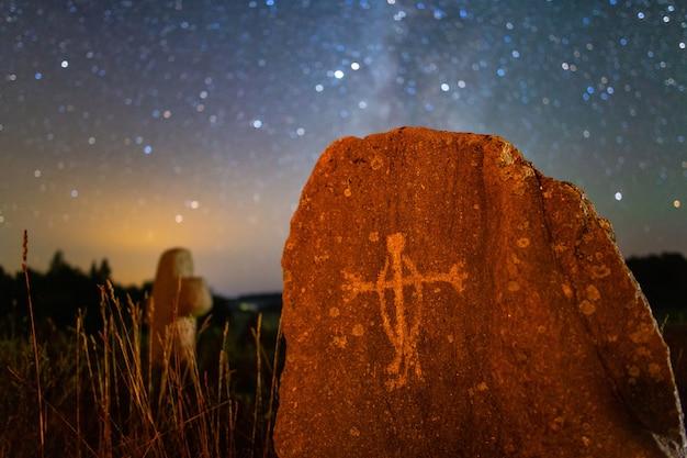 Segno su una tomba di pietra nell'antico cimitero, ripresa notturna
