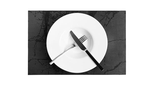 Linguaggio dei segni con posate. un piatto con posate isolato su uno sfondo bianco. piatto, coltello, forchetta su sfondo bianco. foto di alta qualità