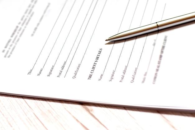 Firma il nome su un foglio con una penna. attività commerciale