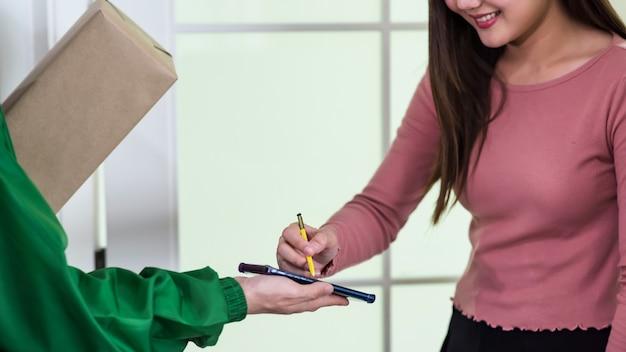 Accedi al telefono per ricevere il pacco. servizio di consegna