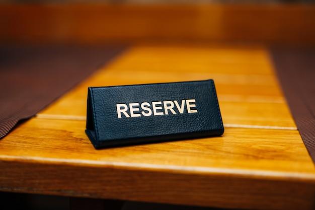 Riserva di segno su un tavolo di legno in un ristorante