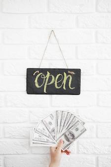Un cartello che dice open on cafe o restaurant è appeso alla porta all'ingresso. grande profitto dopo la quarantena. apertura commerciale