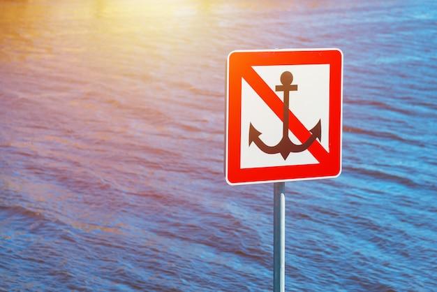 Segno vicino all'acqua, ancoraggio vietato