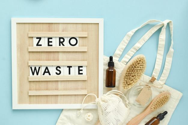 Un cartello con la scritta zero rifiuti di accessori naturali e organici per trattamenti termali su uno sfondo di cocco. zero sprechi. cura del corpo. eco-cosmetici.