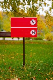 Un cartello con un'immagine che vieta al cane di camminare su un prato verde il divieto di camminare sul prato verdemockup gratuito