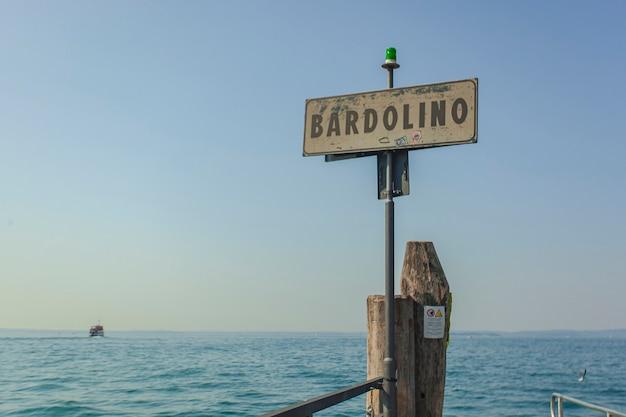 Cartello con le parole bardolino, una nota località turistica sul lago di garda in italia