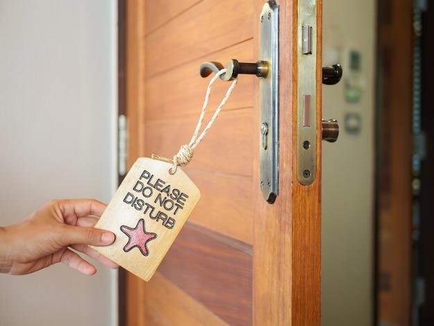 L'insegna non disturba appendendo sulla porta aperta in un hotel