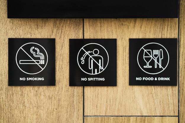 Cartelli con divieti e regole di comportamento, all'ingresso dei locali.