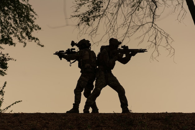 Silhouette di soldati d'azione