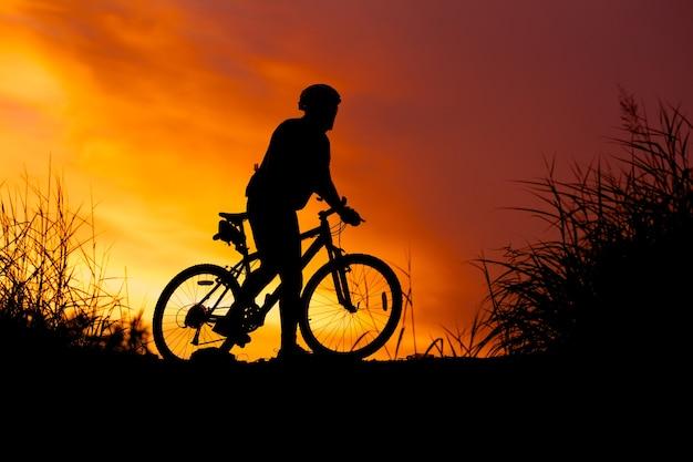 Siluetta del ciclista al tramonto