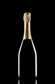 Silhouette di bottiglia di champagne chiusa senza etichetta isolata su sfondo nero