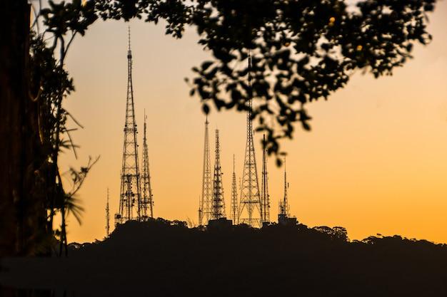 Silhouette di antenne di comunicazione sulla collina di sumare a rio de janeiro, in brasile.