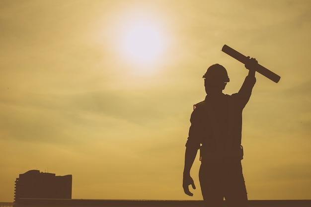 Silhouette di ingegnere e fiducioso lavorando a stretto contatto e di successo.