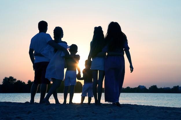Siluetta della famiglia al tramonto