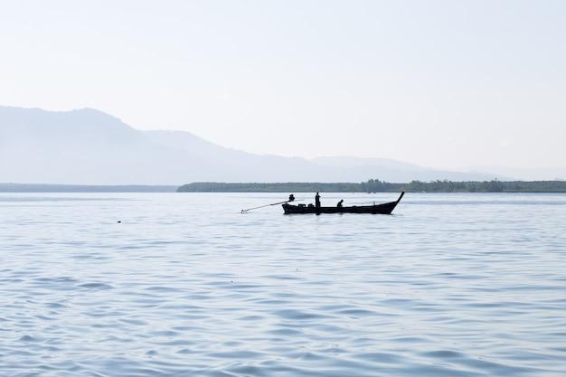 Silhouette una barca da pesca