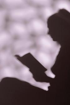 Silhouette di donna graziosa in un momento di relax a casa