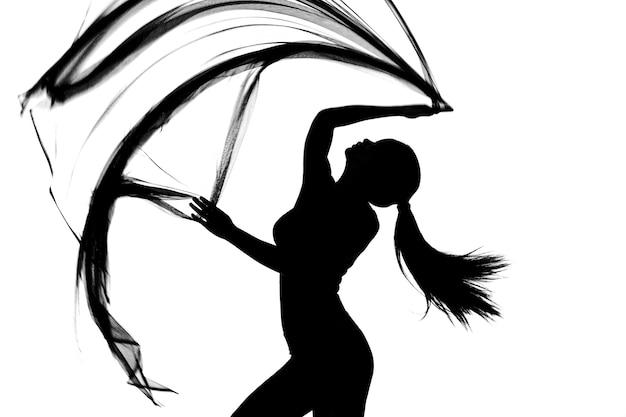 Siluetta di metà corpo donna body danza con tessuto trasparente in bianco e nero, lancio di stoffa in movimento in aria e sfocatura movimento per mostrare il corpo snello sexy in studio, sfondo bianco isolato
