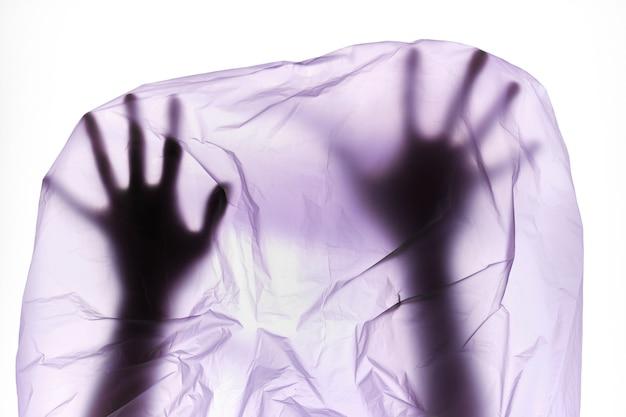 Sagoma delle mani in un sacchetto di plastica