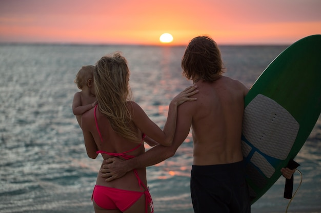 Siluetta di una famiglia felice al tramonto