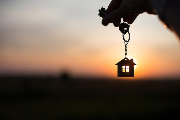 Sagoma di una figura di casa con una chiave