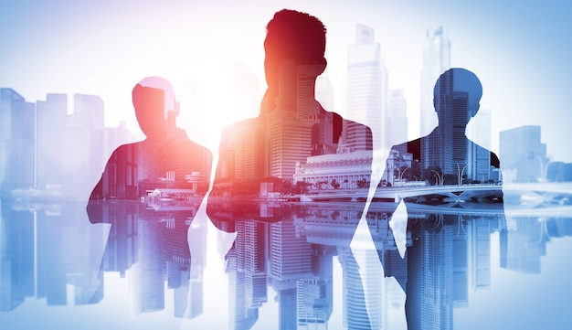 Immagine della sagoma del gruppo di uomini d'affari sullo sfondo della città