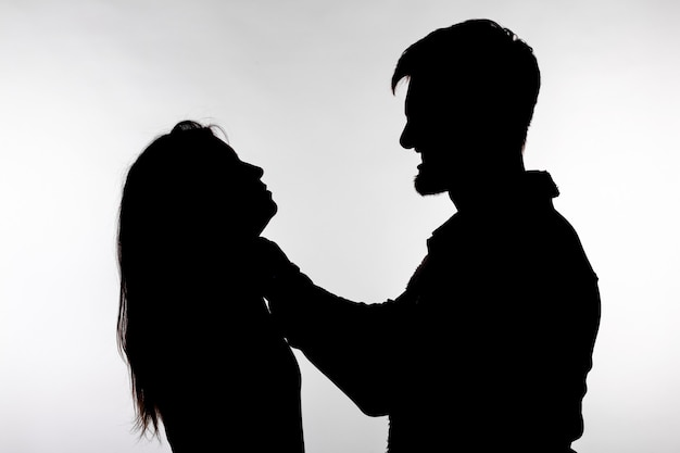 Sagoma di un uomo che asfissia una donna.