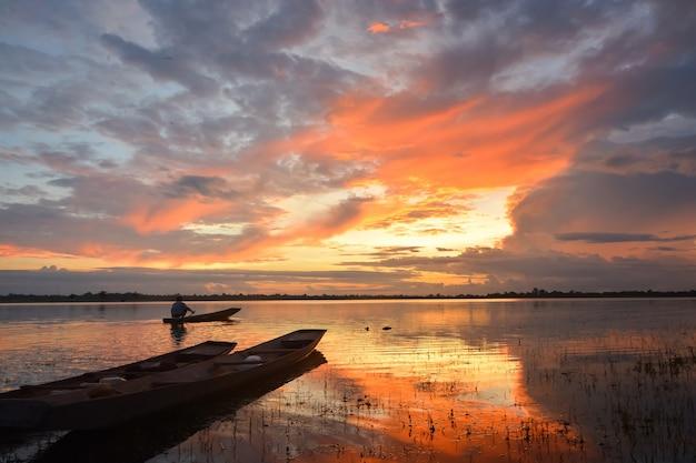 Siluetta di un uomo che fa la pesca tradizionale tailandese tradizionale nel fiume. a chiang mai, thailandia 12/05/2021