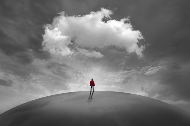 Siluetta dell'uomo davanti alle nuvole